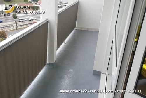 Entreprise de désinfection d'un balcon et retrait des excréments