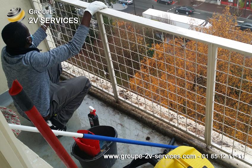 Nettoyage d'un balcon et retrait des fientes d'oiseaux