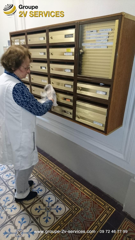Josette VAUQUELIN : En mission d'entretien récurrent d'immeubles à Paris (nettoyage du hall d'entrée)