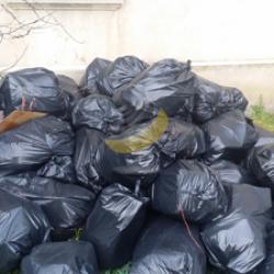 Mise en sac des détritus et autres objets inutiles