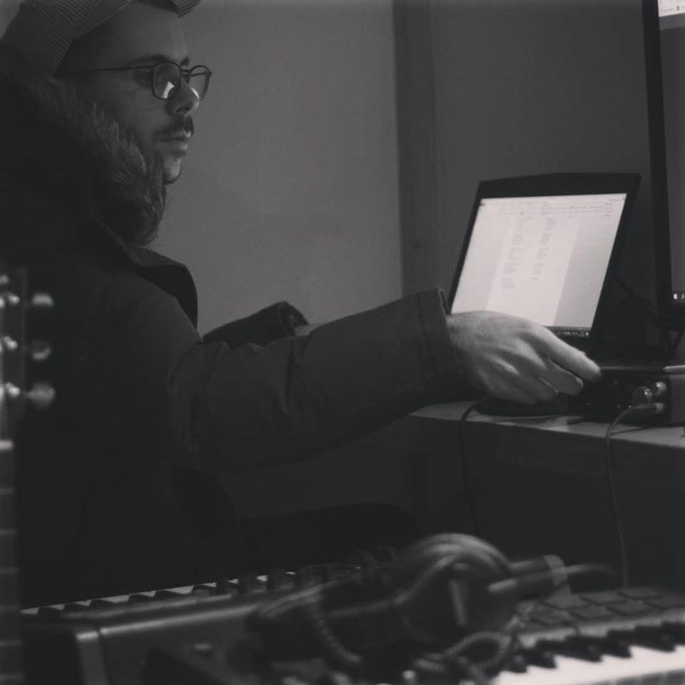 Studio de montage d'Alibi musique avec Raphaël